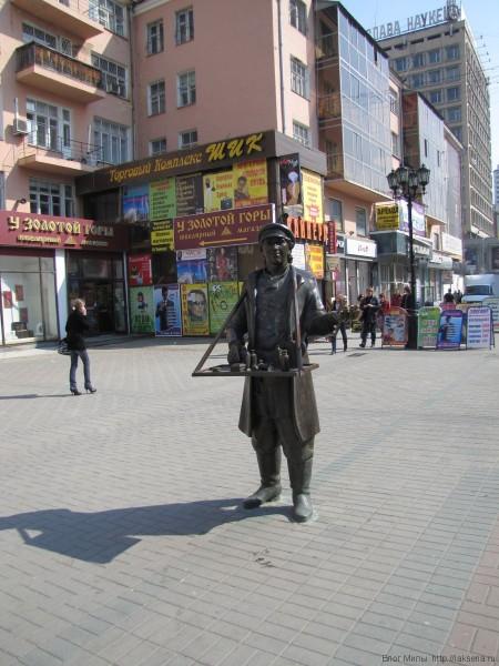 скульптура коробейник пешеходная зона на улице вайнера екатеринбург центр екатеринбурга фото