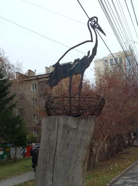Памятники в Новосибирске на улице Серебренниковской аист