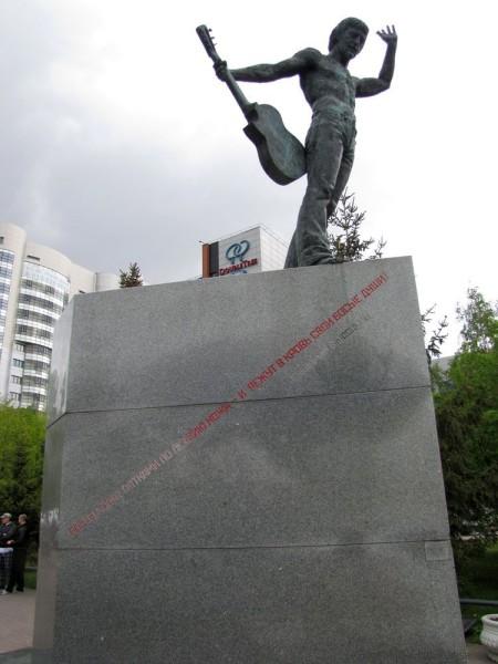памятники в новосибирске улица серебренниковская театр глобус памятник высоцкому