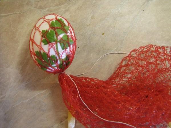 крашеные яйца с листочками в луковой шелухе