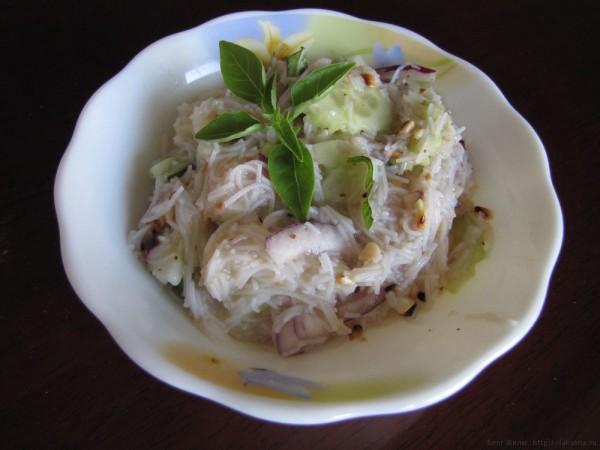 Салат из рисовой вермишели с огурцом в тайском стиле