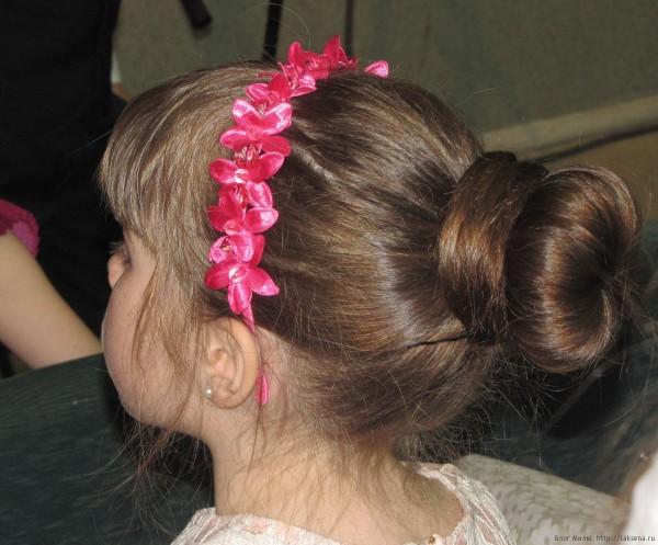 1 класс прически на выпускной фото пучок обвитый волосами с ободком