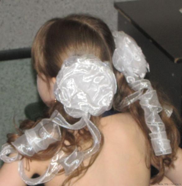 1 класс прически на выпускной фото хвосты с локонами и бантами