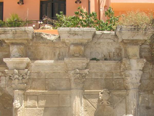 ретимно старый город надпись на фонтане римонди