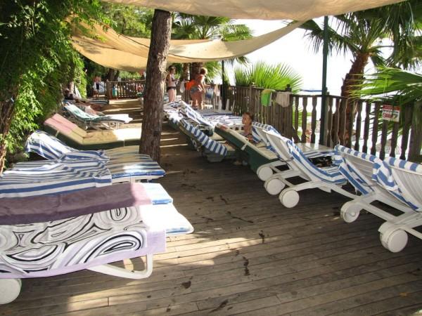 Grand Yazici Mares 5* терраса с лежаками в тени