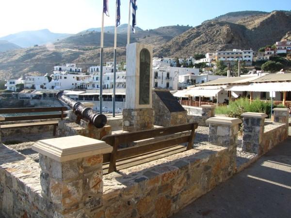 экскурсия в самарийское ущелье памятник в Хора Сфакион