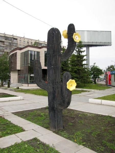 черный кактус уличные скульптуры новосибирска на улице ленина