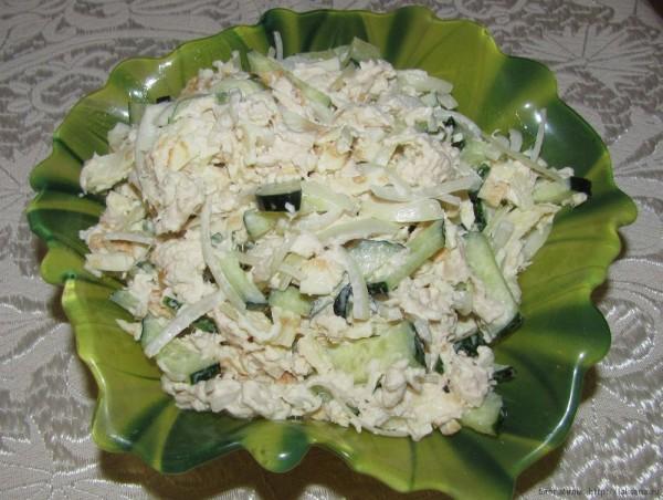 Нежный куриный салат с яичными блинчиками