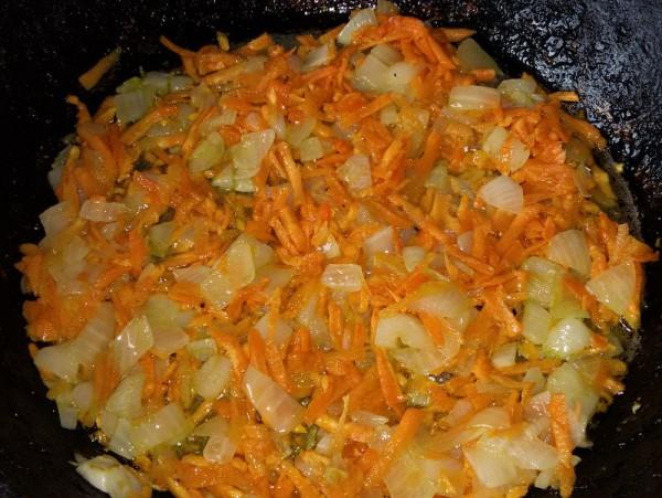 Жареные чесночные стрелки с луком и морковью