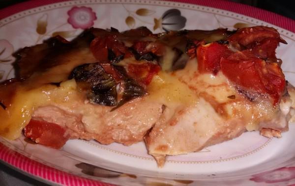 Куриное филе запеченное с моцареллой и помидорами