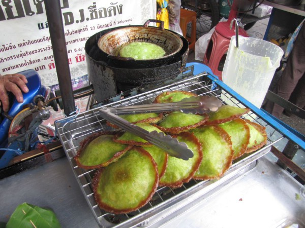 Хрустящие пандановые блинчики (Kanoom Dok Bur) десерты тайской кухни