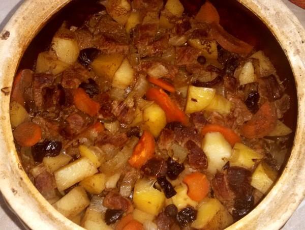 Говядина с черносливом и картошкой в горшочках