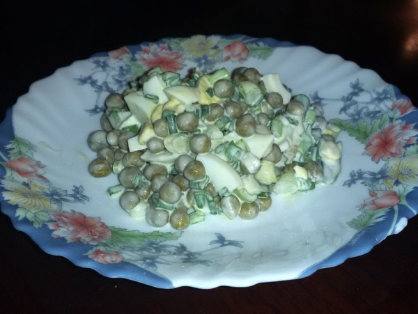 Салат с зеленым горошком и яйцами