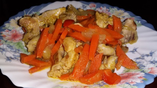 Тушеная курица с морковью и луком
