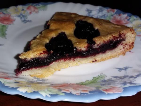 Пирог из постного теста с жимолостью