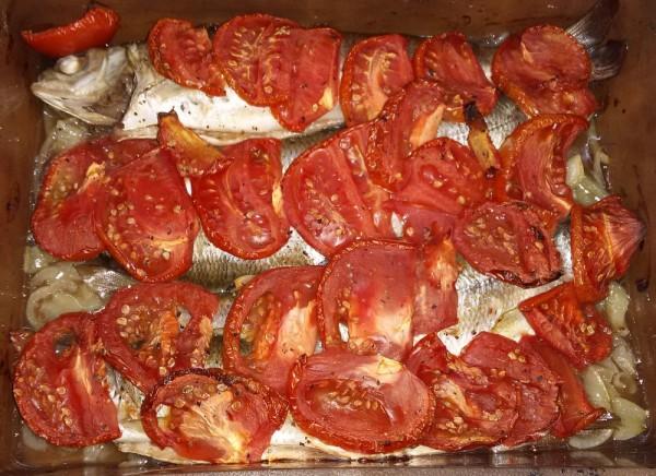 Хариус с помидорами в духовке