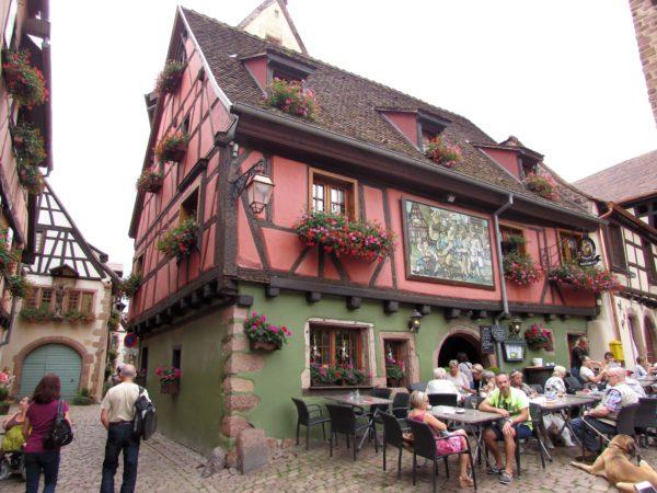 дом винодела XVI-XVII веков с картиной на стене риквир riquewihr