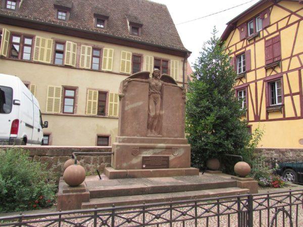 памятник жертвам мировых войн риквир riquewihr Place des Trois Eglises