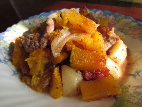 Говядина с тыквой и картофелем в духовке