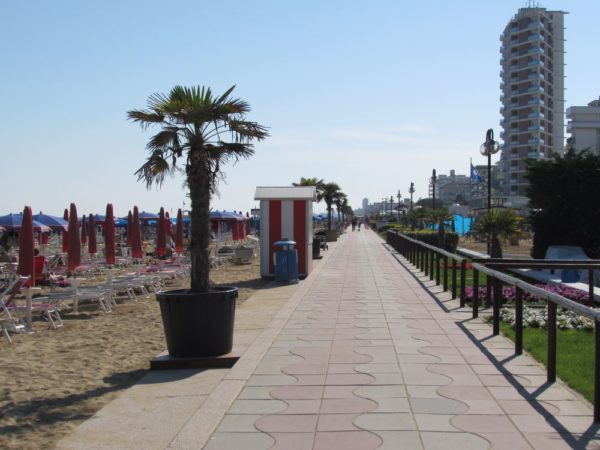 Пляж Лидо ди Езоло променад