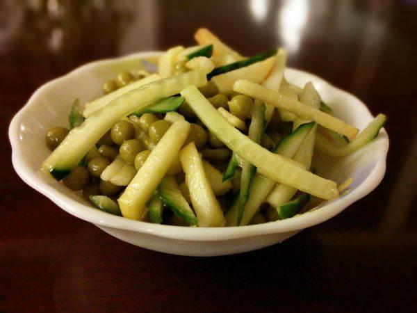 Салат из свежих огурцов и зеленого горошка