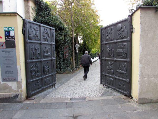 Францисканский сад в Праге ворота