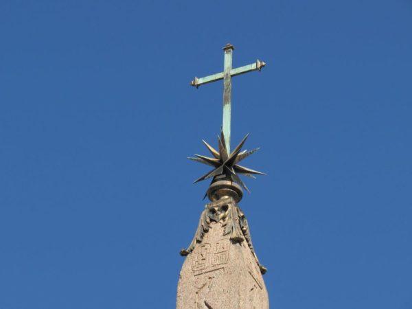 Пантеон в Риме обелиск
