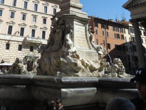 Пантеон в Риме фонтан