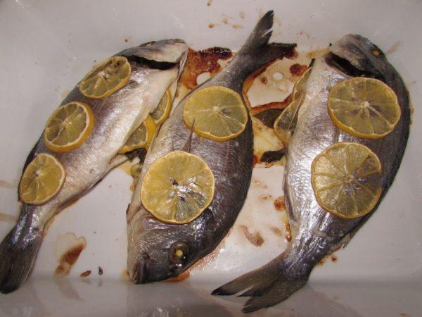 Дорада в духовке с лимоном и базиликом
