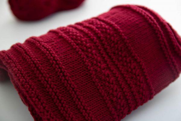 Полосатая шапка бини спицами