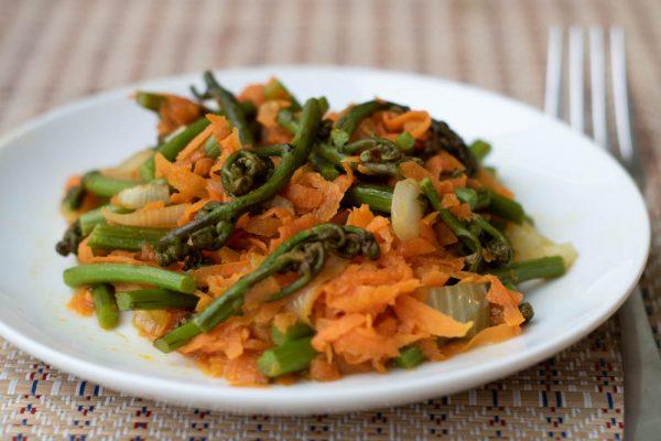Салат из папоротника с морковью