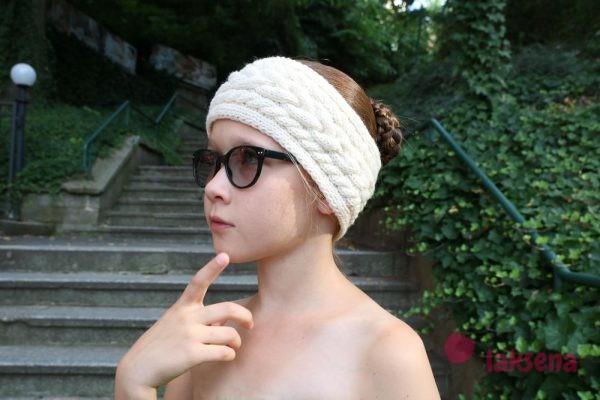 Стильная повязка на голову спицами с косами
