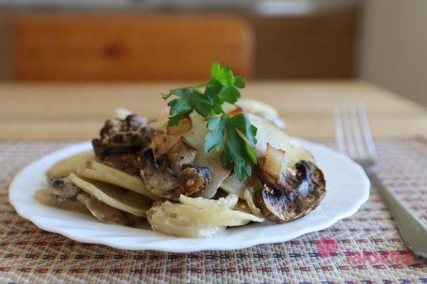 Картофель запеченный с шампиньонами в сметане
