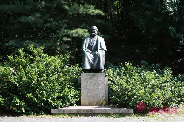 памятники Карловых Вар и памятник карлу марксу
