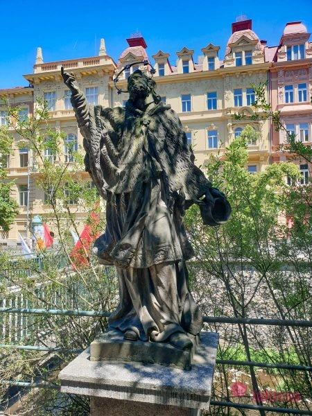 Статуя св. Яна Непомуцкого памятники в карловых варах