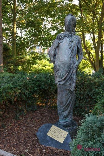 Памятник героям и жертвам мировых войн женщина без лица памятники в карловых варах
