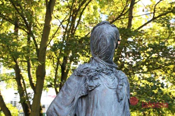 Памятник героям и жертвам мировых войн женщина без лица