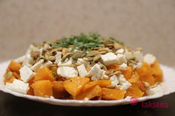 Теплый салат из тыквы с сыром фета и тыквенными семечками