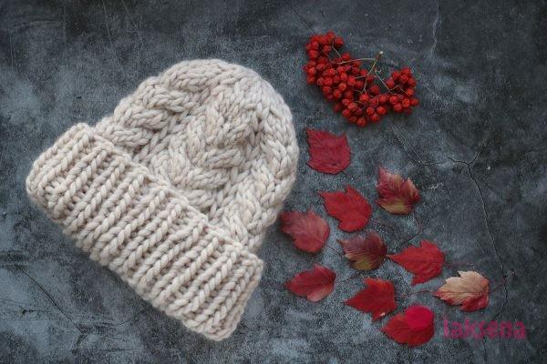 шапка из перуанской шерсти с косами