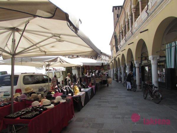 рынок на пьяцца делла Фрутто падуя город в италии