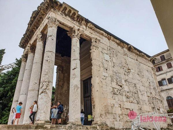 Храм Августа пула