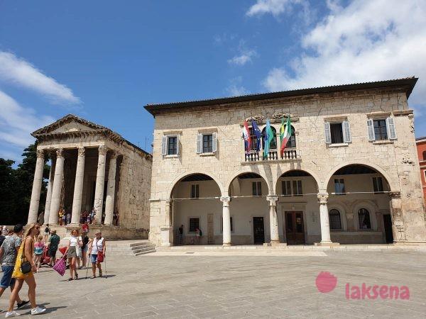 Ратуша и храм Августа пула