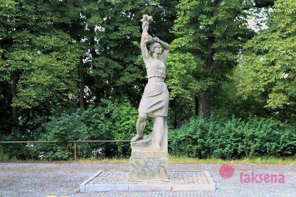 Памятник Анне Политковской памятники в карловых варах