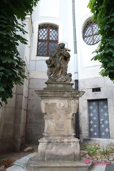 Статуя св. Яна Непомуцкого карловы вары