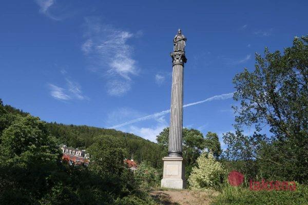 Колонна со скульптурой Карла IV сады жана де каро