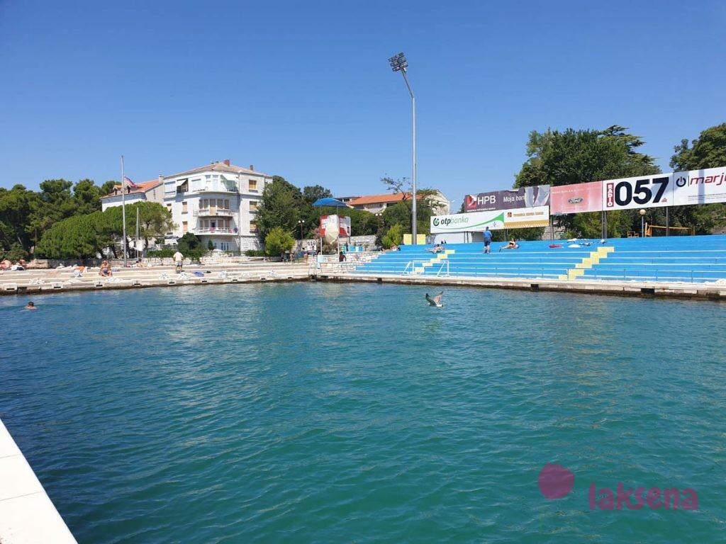 Общественный бассейн с морской водой пляжи задара